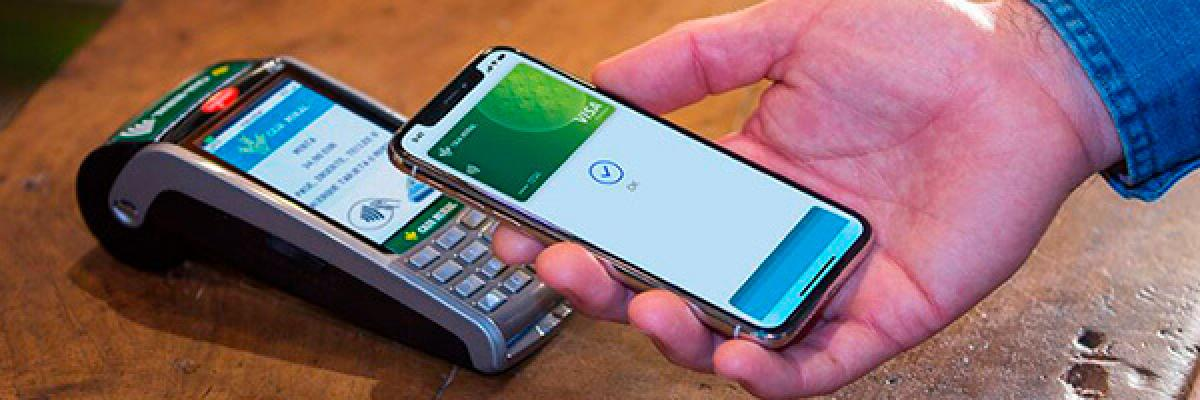 Apple Pay - Persona pagando con apple pay en su movil en el tpv de un comercio